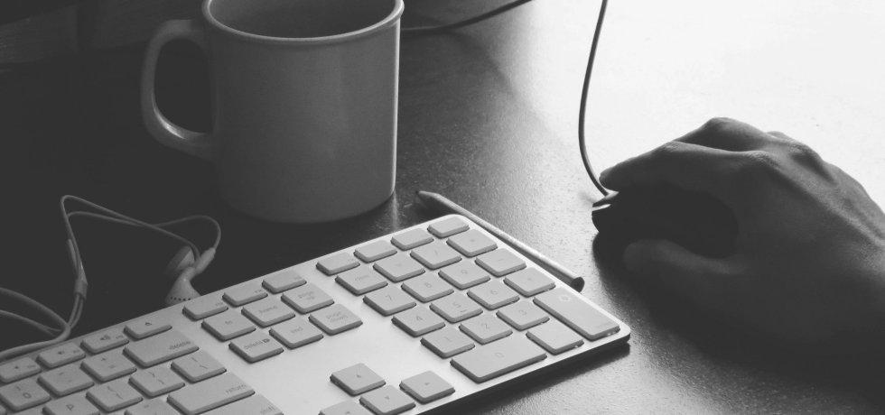 tastatur, maus, kaffee, browsen jobsuche