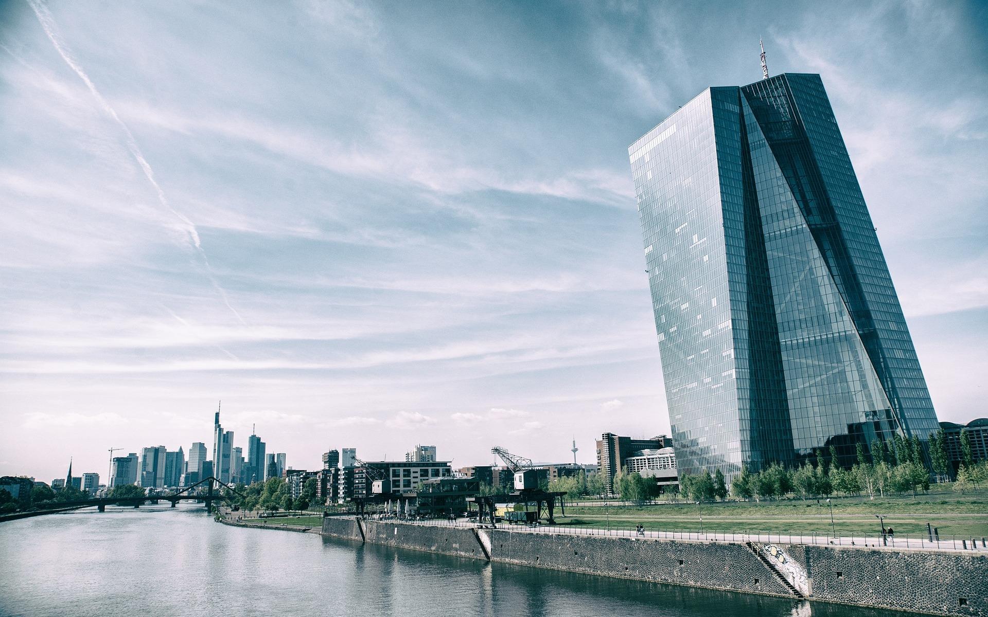 Die Europäische Zentralbank in Frankfurt mit Mainblick und Skyline